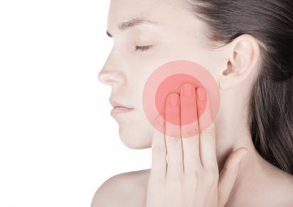 Donna con dolore denti bocca sfondo bianco